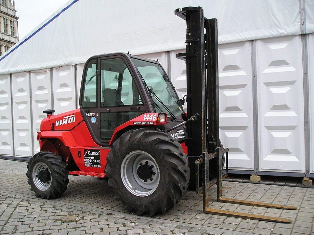 Geländestapler haben Allradantrieb und werden z.B. in der Forstwirtschaft eingesetzt. (Bild: Vitaly Volkov / Wikimedia / CC)