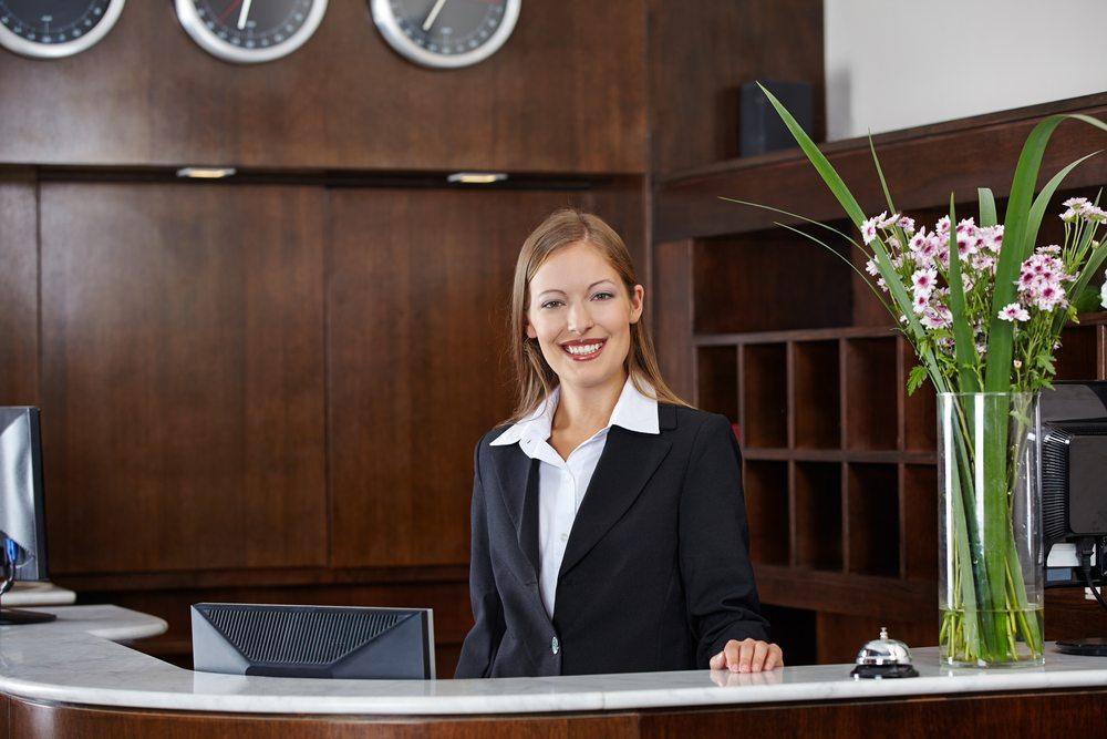 Empfangstheken in der Hotelbranche. (Bild: Empfangstheke / Shutterstock.com)