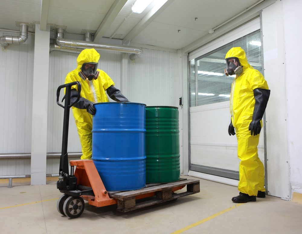 Besondere Umsicht bei gefährlichen Abfällen und Reststoffen. (Bild: Marcin Balcerzak / Shutterstock.com)
