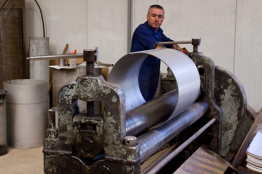 Es sind nur Profile aus Metall biegbar. Holz- und Kunststoffprofile müssen bereits bei der Fertigung in den gewünschten Radius gebracht werden. (Bild: Andrew Bassett / Shutterstock.com)