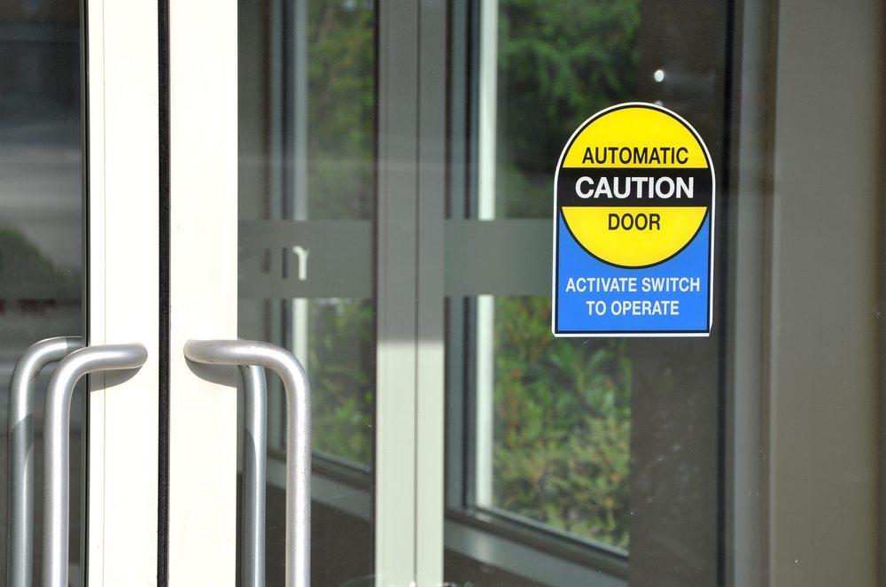 Automatische Türöffner und selbstschliessende Türen erhöhen die Funktionalität und Sicherheit der Ein- und Ausgänge in vielen Bereichen. (Bild: JJ Studio / Shutterstock.com)
