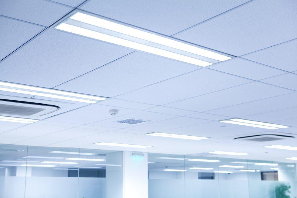 Die Beleuchtung ist in einem Büro sehr wichtig. Gerade in den Wintermonaten lässt sich ohne zusätzliche Beleuchtung nur schwer oder gar nicht mehr arbeiten. (Bild: fztommy / Shutterstock.com)