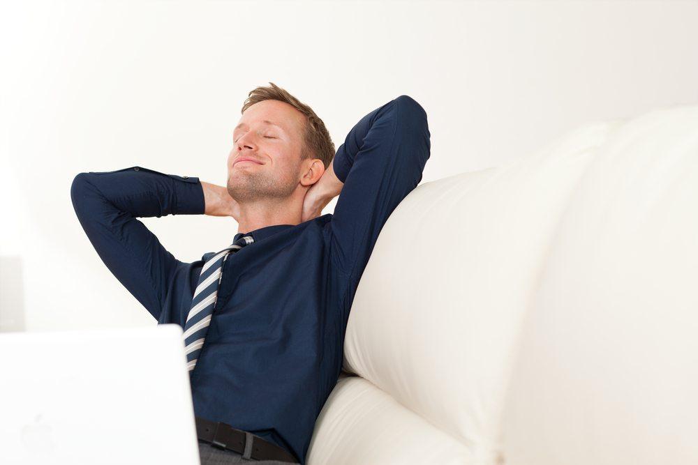 Wer hart arbeitet, muss definitiv auch die nötige Ruhe und Entspannung finden, um jeden Tag erneut mit Freude zur Arbeit zu gehen und seine volle Leistung erbringen zu können. (Bild: Toranico / Shutterstock.com)
