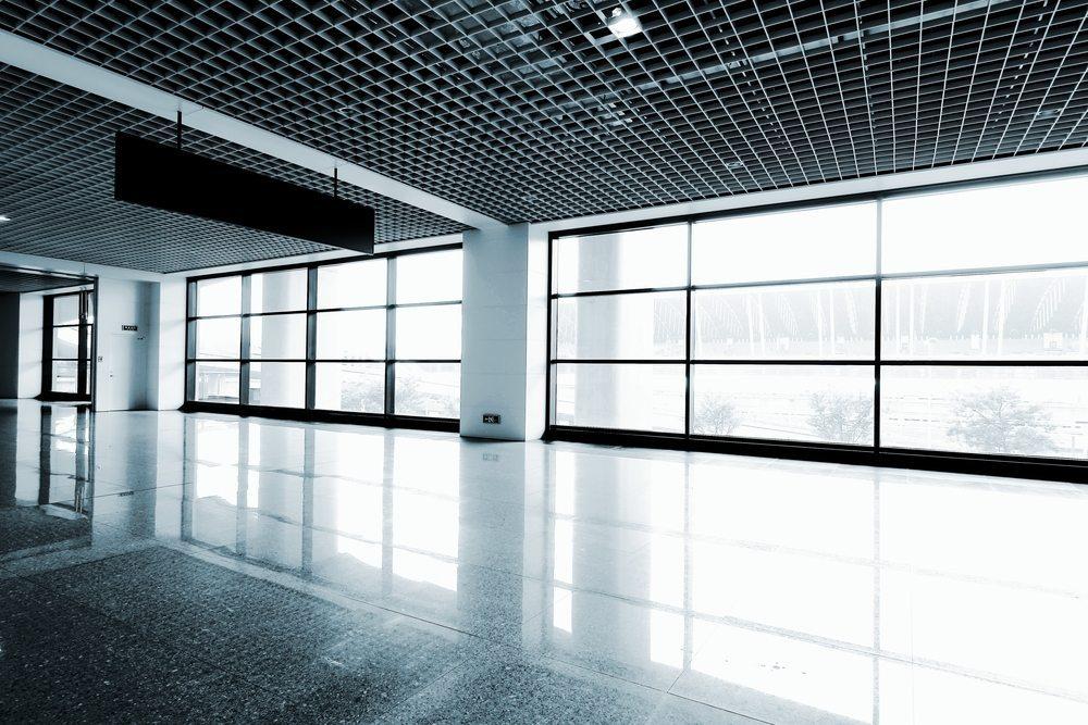 Fenster in gewerblich genutzten Gebäuden unterliegen oftmals hohen Belastungen und sollten entsprechend robust ausgeführt sein. (Bild: Snvv / Shutterstock.com)