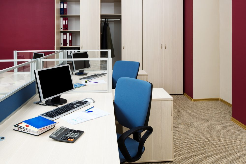 Für das Büro ist ein Garderobenschrank, ein Garderobenständer oder eine Wandgarderobe möglich. (Bild: terekhov Igor / Shutterstock.com)