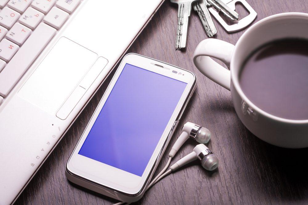 Das Internet kann zum Empfang von Fernseh- und Radiosendungen am Arbeitsplatz genutzt werden, muss es aber nicht. (Bild: titov dmitriy/Shutterstock.com)