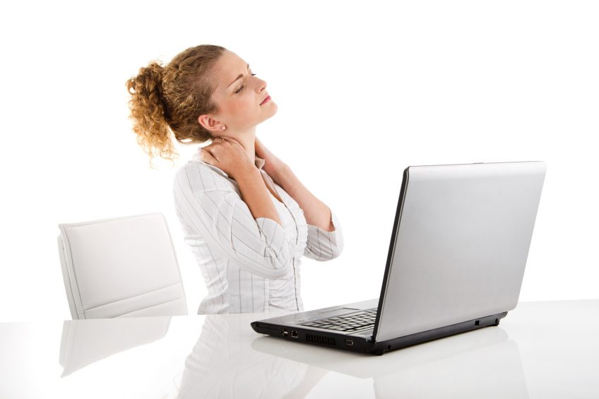 Entspricht die Büroeinrichtung ergonomischen Massstäben nicht, sind Nackenschmerzen die Folge. (Bild: © Jeanette Dietl - Fotolia.com)