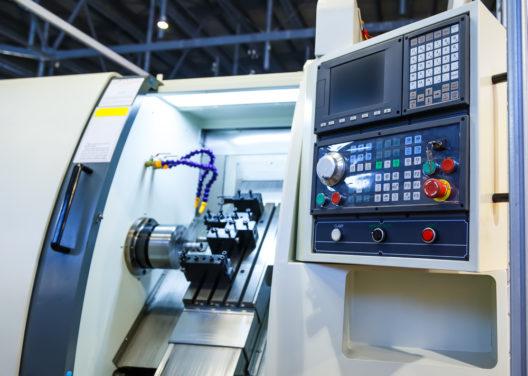 Präzises Arbeiten mit CNC-Maschinen (Bild: Timofeev Vladimir - shutterstock.com)