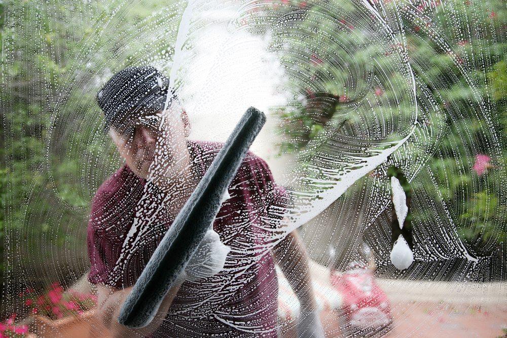 Für Glas- und Fensterreinigungen gibt es Geräte, die Ihnen garantiert weiterhelfen können. (Bild: Mikeledray / Shutterstock.com)