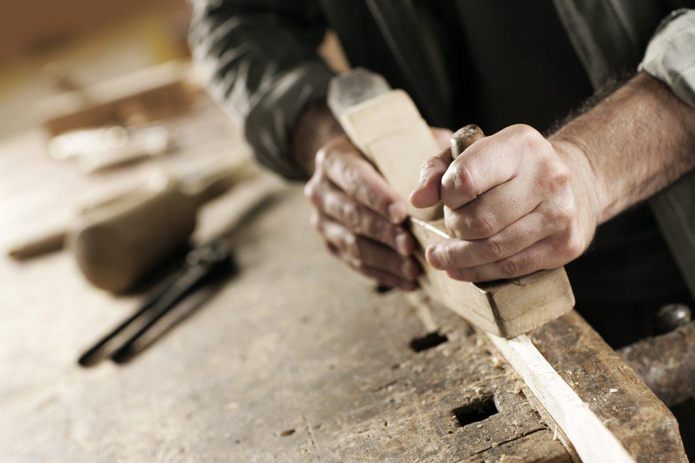 """Viele handwerkliche Betriebe arbeiten immer noch mit """"veralteten"""" Maschinen. (Bild: Stokkete / Shutterstock.com)"""