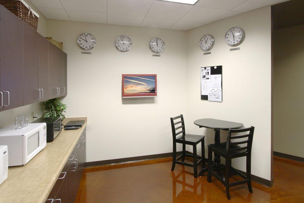 Moderne Unternehmen stellen ihren Mitarbeitern in den einzelnen Bereichen moderne Teeküchen zur Verfügung. (Bild: Imging / Shutterstock.com)