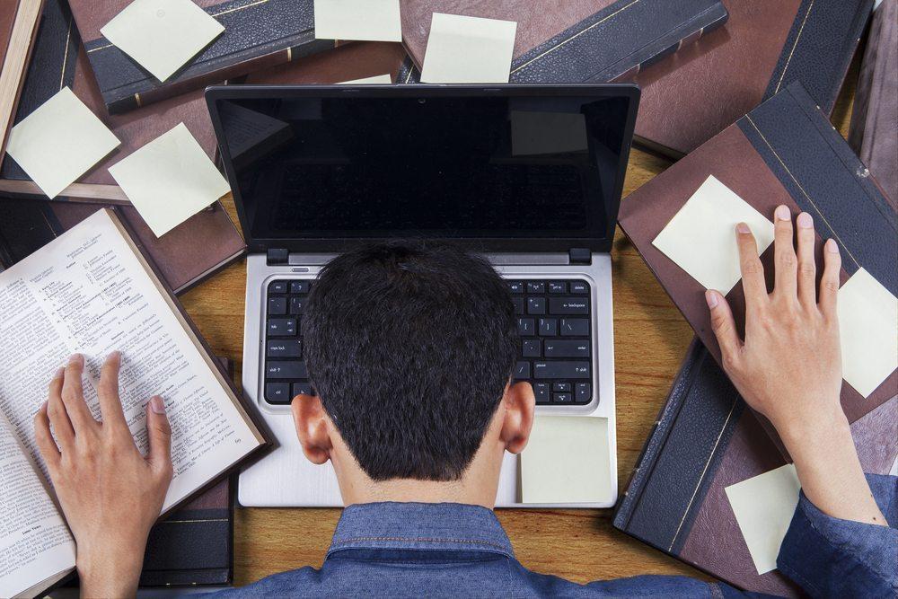 Stundenlanges und problemloses Arbeiten am Notebook wird oft davon gefolgt, dass das Gerät plötzlich einfach ausgeht.(Bild: Creativa Images / Shutterstock.com)