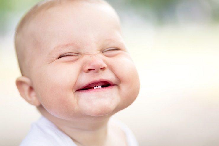 Ein kreativ besticktes Lätzli zur Freude der Kleinen. (Bild: © Max Bukovski - shutterstock.com)