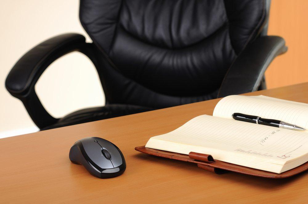 Geeignete Bürostühle sorgen für Wohlfühlatmosphäre und unterstützen die Gesundheit. (Bild: Sergey Nivens / Shutterstock.com)