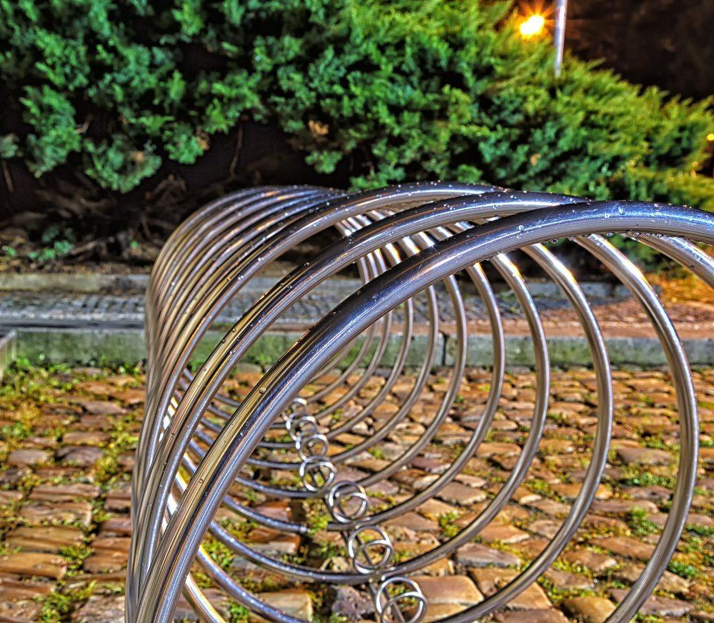 Wer den Trend zum Fahrrad unterstützt, sorgt für sichere und komfortable Fahrradständer in seinem Verantwortungsbereich. (Bild: GoneWithTheWind / Shutterstock.com)