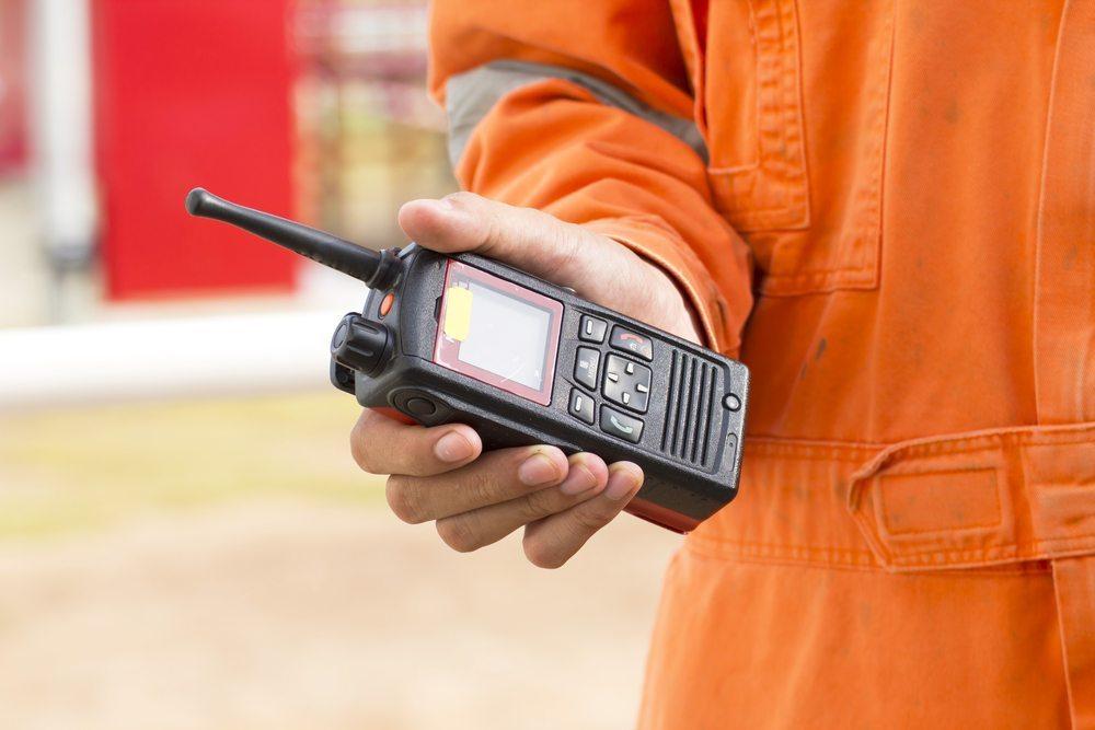 Funkgeräte sind die robusten und vielseitigen Helfer in unterschiedlichen betrieblichen Situationen, wenn es auf schnellen Kontakt ankommt. (Bild: ZONETEEn / Shutterstock.com)