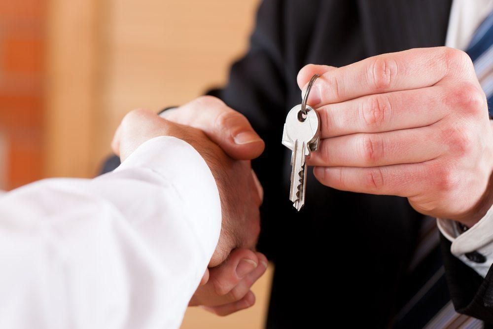 Alle vorhandenen Schlüssel an den Vermieter übergeben (Bild: © Kzenon - shutterstock.com)