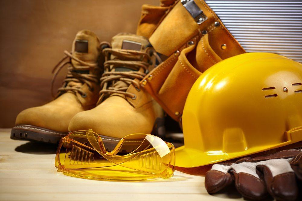 In Unternehmen, in denen auf die Ausstattung mit einer betriebseigenen Berufskleidung verzichtet wird, steht dennoch der Arbeitsschutz auch im Hinblick auf die Arbeitskleidung ganz oben an. (Bild: Kuzma / Shutterstock.com)