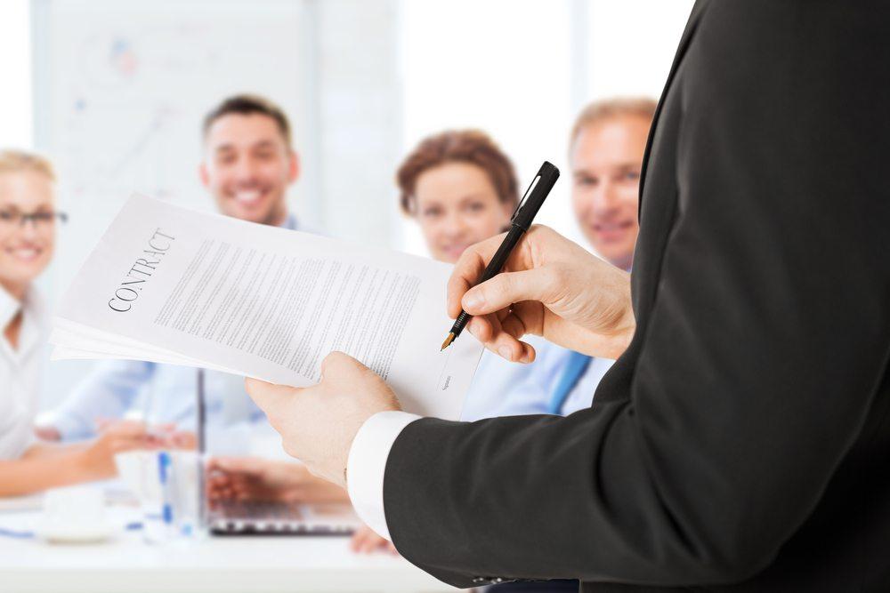 Mit der Unterschrift tritt der Kunde die Kontrolle über die Haltung seiner Daten an den CSP ab. (Bild: © Syda Productions - shutterstock.com)