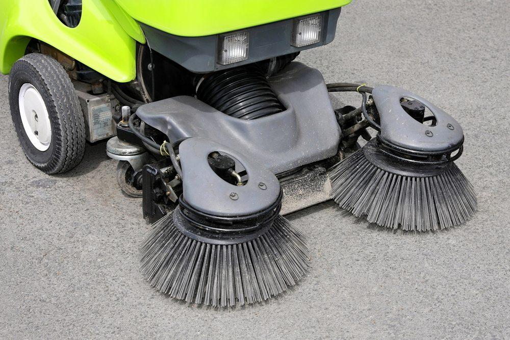 Weniger Arbeit und bestmögliche Sauberkeit erreichen Sie mit einer Kehrmaschine von Kärcher oder vergleichbaren Herstellern. (Bild: Baloncici / Shutterstock.com)