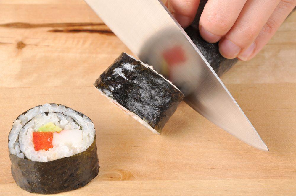Sushi mit einem echten japanischen Messer schneiden (Bild: Chris Christou / Shutterstock.com)