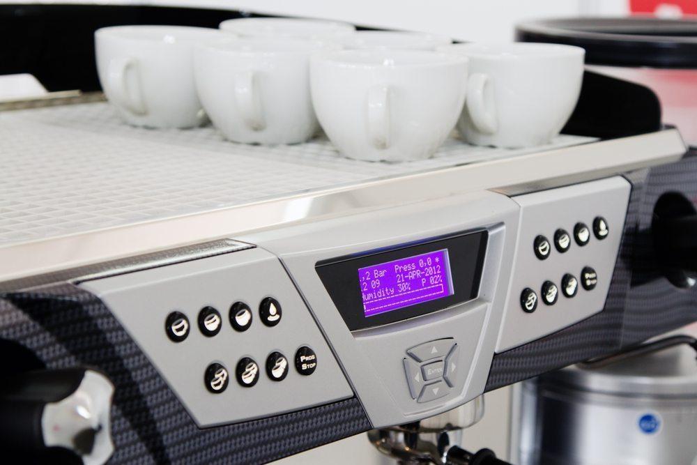 Bei der Auswahl eines geeigneten Kaffeevollautomaten ist das jeweilige Bedienkonzept von Bedeutung. (Bild: George Dolgikh / Shutterstock.com)