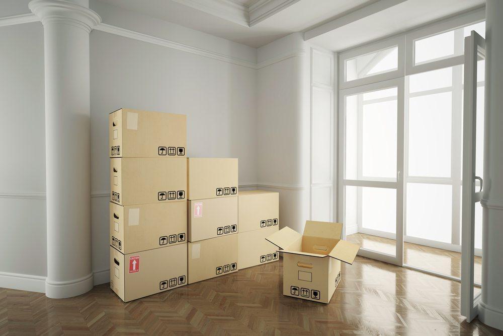 Ein Büroumzug sollte möglichst detailliert geplant werden, damit schnell der Arbeitsalltag im Unternehmen beginnen kann. (Bild: Robert Kneschke / Shutterstock.com)