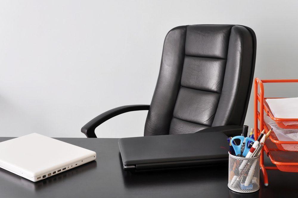 Geeignete Bürostühle für Mitarbeiter, Chefs und Gäste unterstützen die Gesundheit und sorgen für eine angenehme Atmosphäre. (Bild: Dutourdumonde Photography / Shutterstock.com)