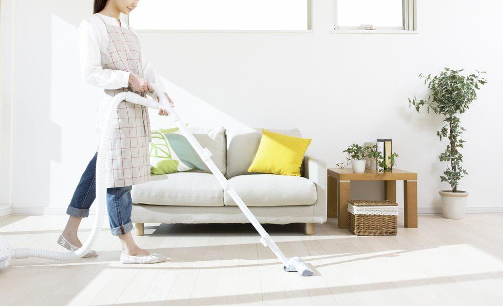 Der Laminatboden soll vor einer grösseren Reinigung erst einmal grob gesaugt werden. (Bild: Blinka / Shutterstock.com)