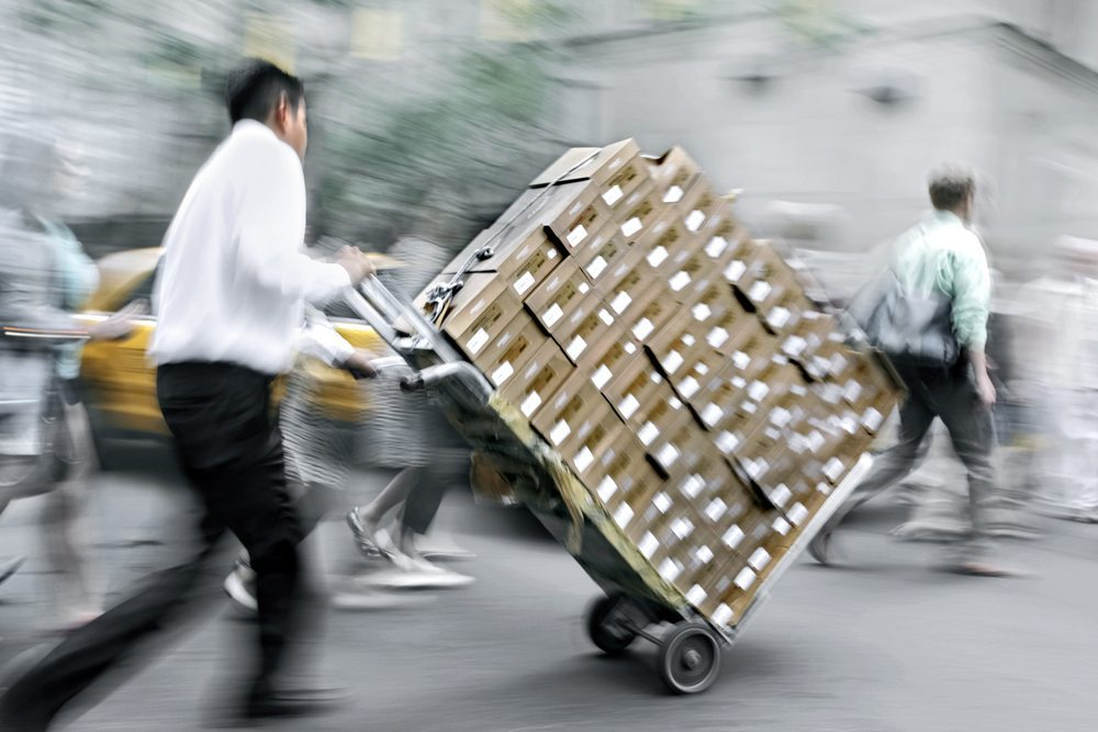 Stapelkarren gibt es in vielen unterschiedlichen Ausführungen und Belastbarkeiten. (Bild: blurAZ / Shutterstock.com)
