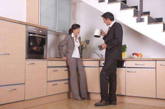 In den meisten Unternehmen gibt es zahlreiche Kleingeräte, die angeschlossen und betrieben werden. (Bild: altafulla / Shutterstock.com)