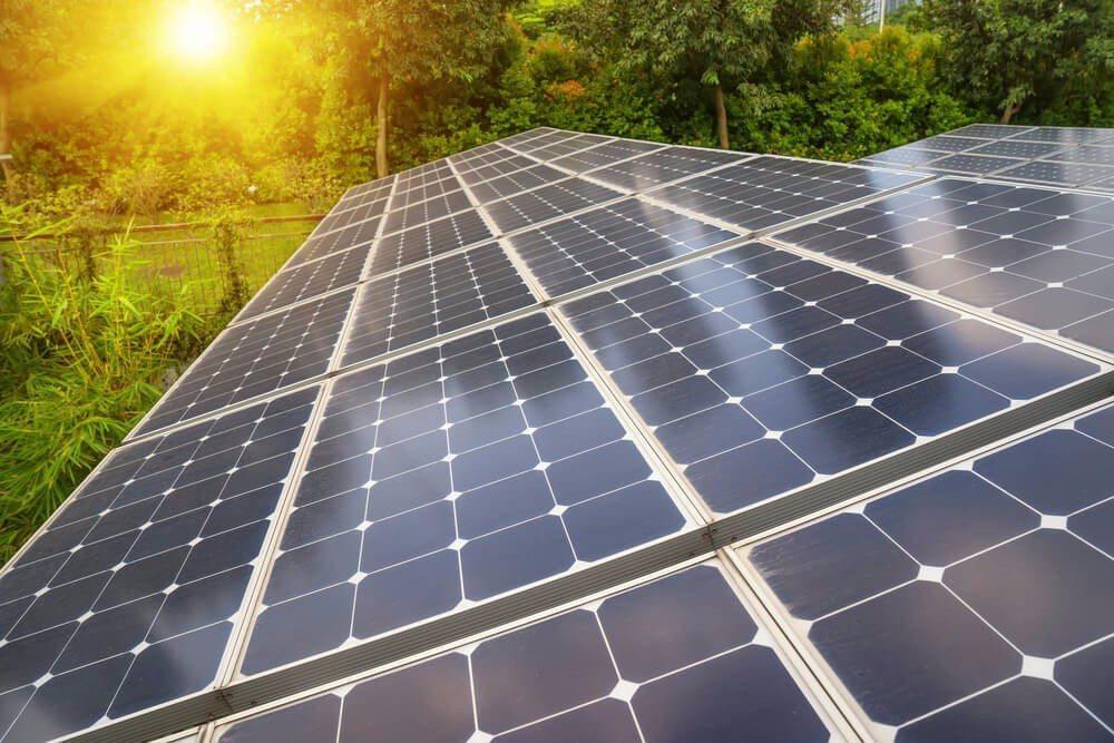 Fotovoltaik wandelt Sonnenlicht in Strom (Bild: © asharkyu - shutterstock.com)
