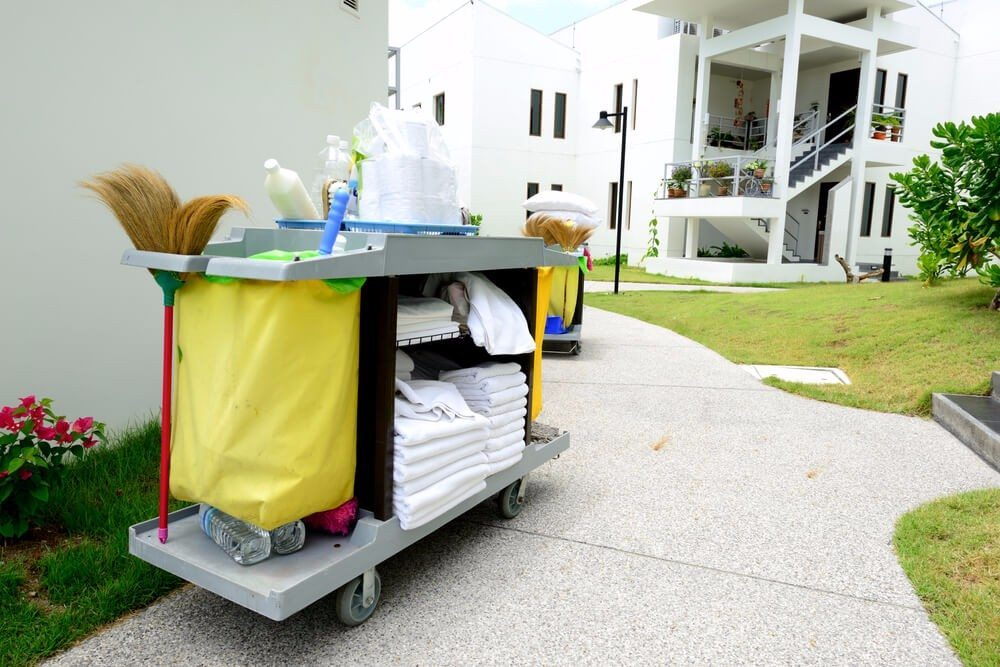 Der Etagenwagen für den Transport von Reinigungsutensilien. (Bild: © num_skyman - shutterstock.com)