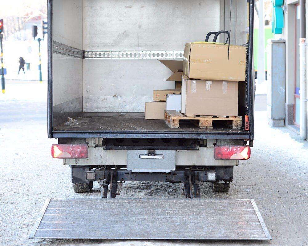 Jede Ladung muss jederzeit gegen die im normalen Transportbetrieb zu erwartenden Belastungen gesichert sein. (Bild: © connel - shutterstock.com)