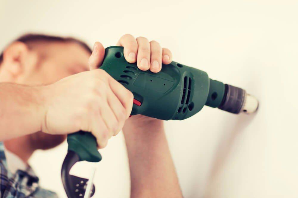 Mit dem richtigen Werkzeug lässt sich jedes Material bohren und bearbeiten. (Bild: © Syda Productions - shutterstock.com)