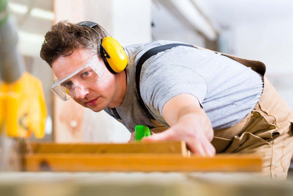 Zeitgemässer Arbeitsschutz sieht beim Sägen Schutzkleidung vor. (Bild: © Kzenon - fotolia.com)