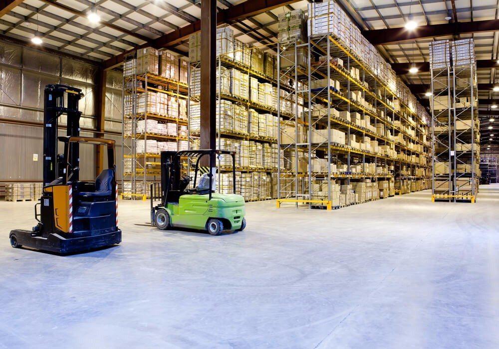Je nach Lagergut und den betrieblichen Abläufen kann eine Zeilenregalanlage unterschiedlich gestaltet werden. (Bild: © Maxim Blinkov - shutterstock.com)