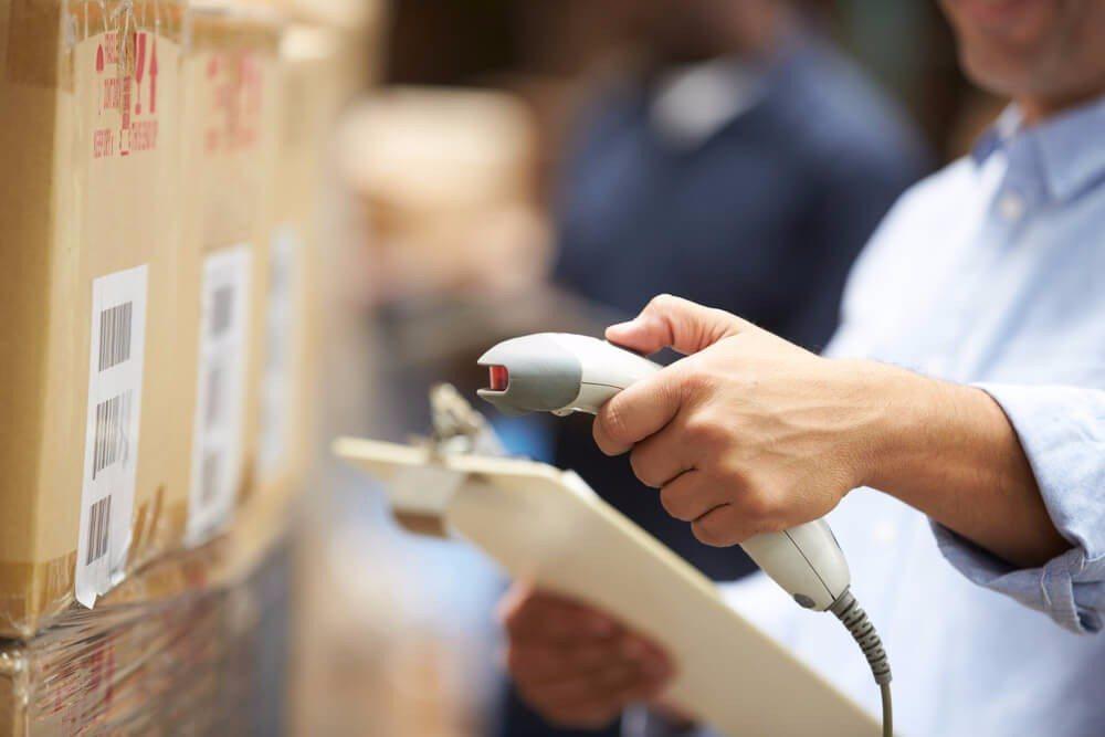 Wichtig für die korrekte Durchführung der Prüfung ist eine klare und eindeutige Etikettierung der Ware. (Bild: © Monkey Business Images - shutterstock.com)