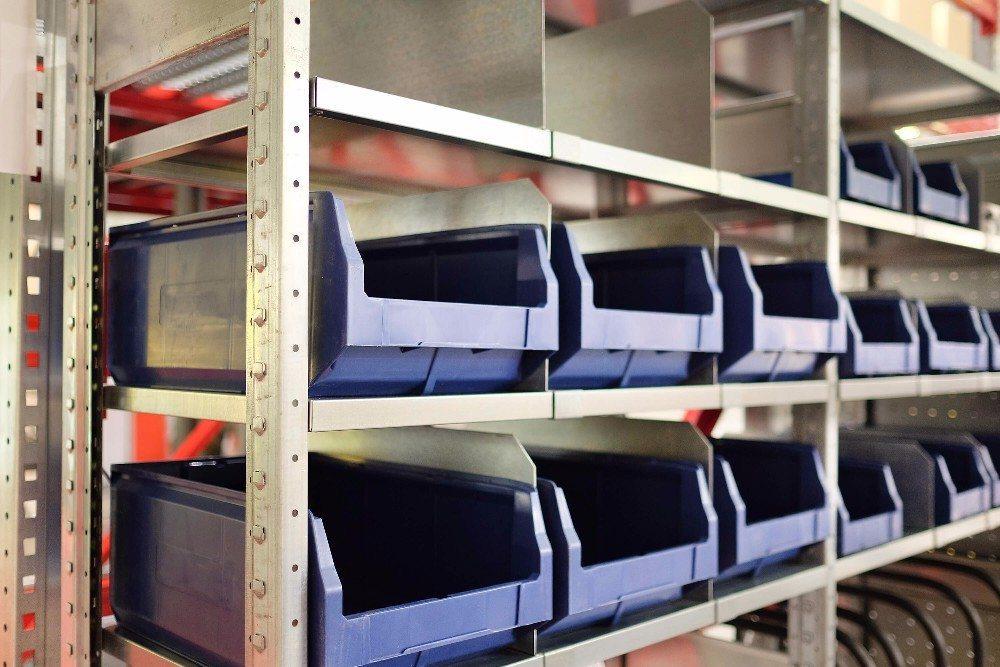 Für die Lagerung von Kleinteilen eignen sich Behälterregale. (Bild: © Dmitry Vereshchagin - fotolia.com)