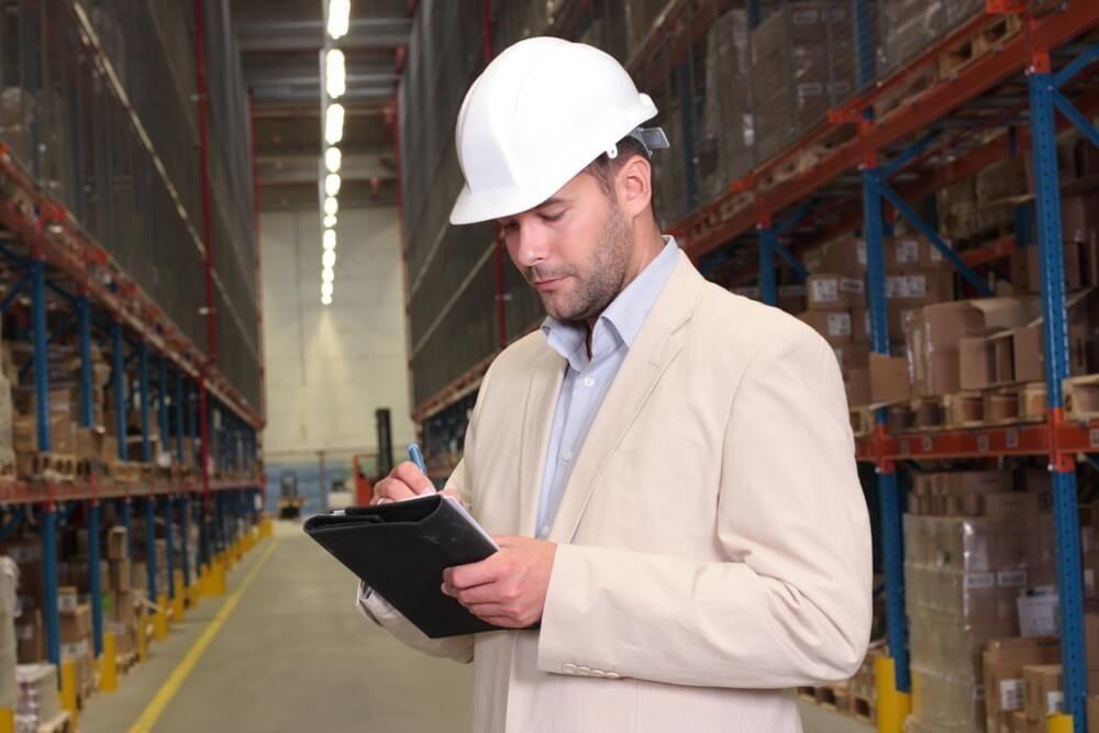 Die Experteninspektion erfolgt systematisch anhand einer detaillierten Checkliste. (Bild: © Marcin Balcerzak - shutterstock.com)