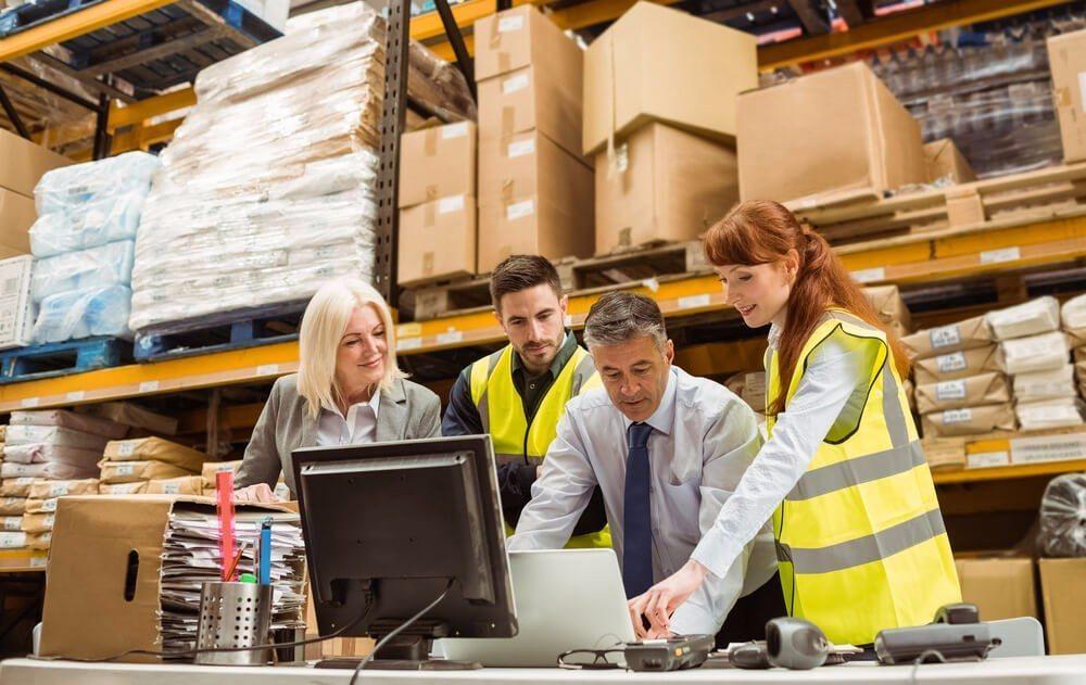 Aus den Bereichen Kommissionierung und Wareneingang werden einzelne Verpackungseinheiten in den Warenausgangsbereich gerbracht. (Bild: © wavebreakmedia - shutterstock.com)