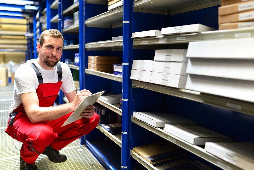 Regale oder andere Pufferplätze für noch nicht abgeschlossene Packstücke müssen vorhanden sein. (Bild: © industrieblick - fotolia.com)