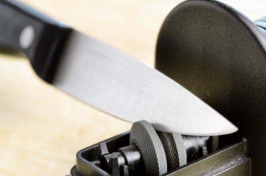 Schleifrollenschärfer sind sehr gut geeignet für alle, die schnell ein Messer für den Hausgebrauch schärfen wollen.  (Bild: © efired - fotolia.com)