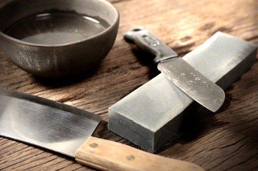 Für Fortgeschrittene sind asiatische Schleifsteine wie der japanische Wasserstein oft die bessere Alternative. (Bild: © NorGal - shutterstock.com)