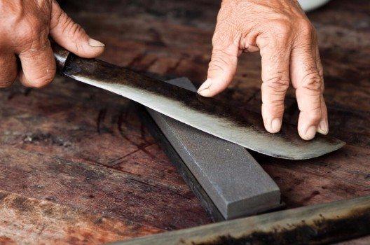 Beim Messerschärfen ist der Winkel ganz entscheidend. (Bild: © phloxii - shutterstock.com)