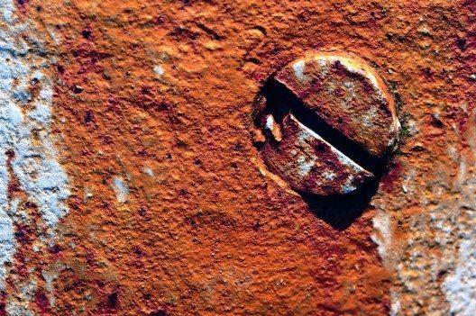 Es gibt verschiedene Strategien, um gegen festsitzende Schrauben erfolgreich vorzugehen. (Bild: © Mimadeo - shutterstock.com)