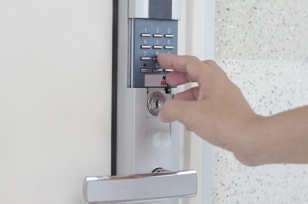 Die Sicherheit Ihres Betriebs in besten Händen: Dera Security. (Bild: © RAGMA IMAGES - shutterstock.com)
