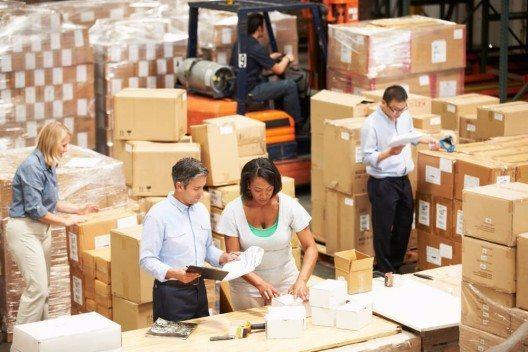 Bei der Entscheidung für ein bestimmtes Regalsystem spielen auch die Lagergüter und ihre Lagermittel eine wesentliche Rolle. (Bild: © Monkey Business Images - shutterstock.com)