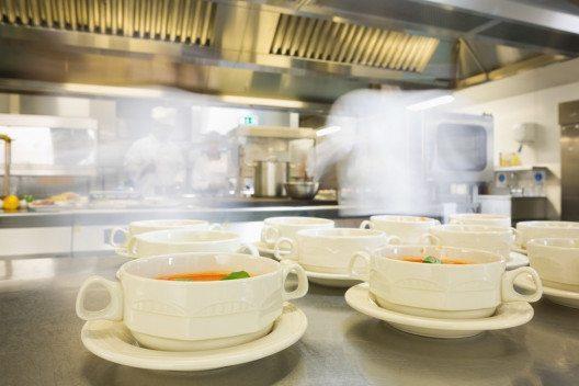 Durchschnittlich ein Viertel der Stromkosten fallen bei Hotels in den Grossküchen an. (Bild: wavebreakmedia – Shutterstock.com)