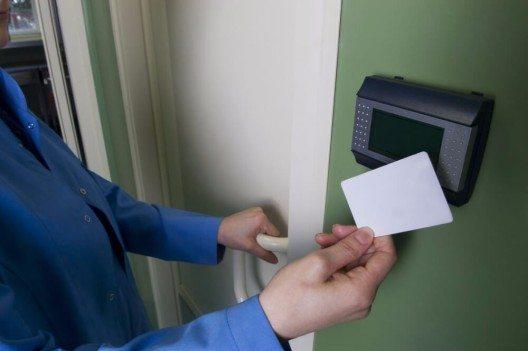 Um den Warenschwund zu minimieren, sollte man Sicherheitssysteme einbauen, die individuell auf das Unternehmen zugeschnitten sind. (Bild: © gifted - shutterstock.com)